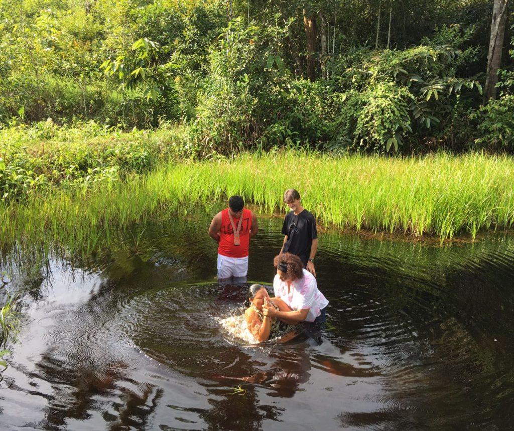 Foto van de doop in het groene meer